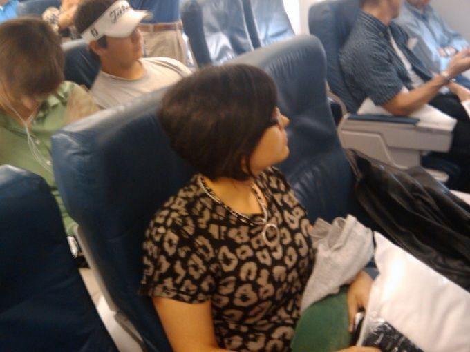 Как привлечь внимание человека, сидящего рядом с тобой в самолете
