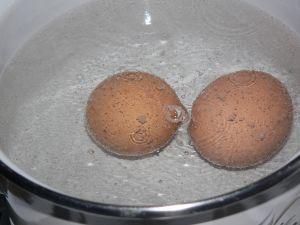Яйца вкрутую варят 7-8 минут после закипания