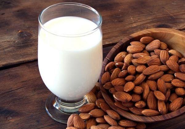 Полезно ли миндальное молоко?